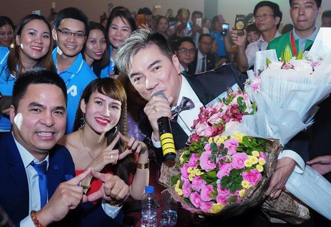 Ca sĩ Đàm Vĩnh Hưng, là một trong những người nổi tiếng tham gia biểu diễn tại sự kiện ra mắt Payasian tại TP Hồ Chí Minh ngày 30/4.